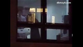 深夜窗口做爱被对面邻居录下来